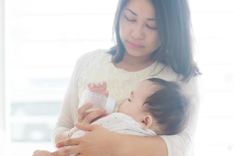 Il padre allatta con il biberon il latte al figlio fotografie stock libere da diritti