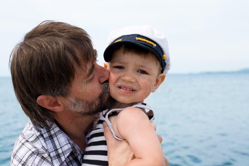 Il padre bacia il suo figlio fotografia stock