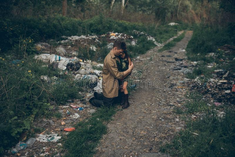 Il padre e la figlia senza tetto sono nella discarica fotografie stock
