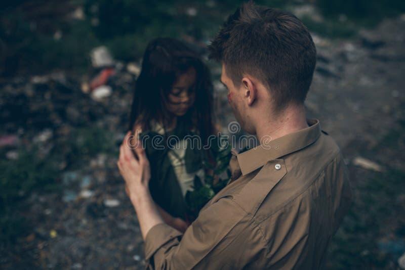 Il padre e la figlia senza tetto sono nella discarica fotografia stock
