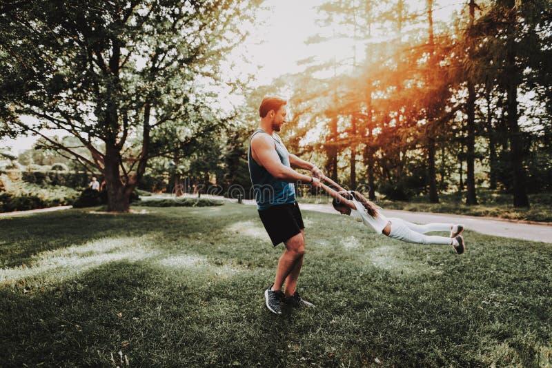 Il padre e la figlia si divertono all'aperto in parco fotografie stock