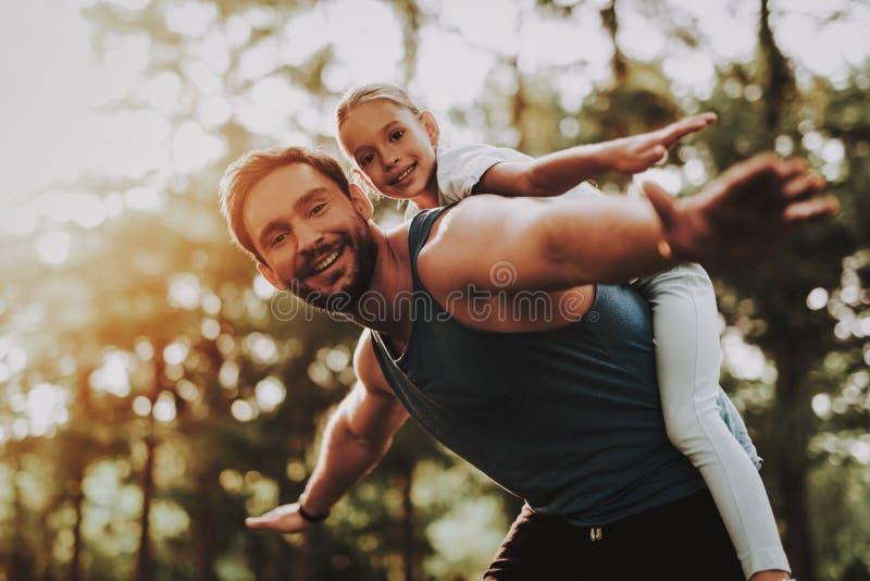 Il padre e la figlia si divertono all'aperto in parco immagine stock libera da diritti