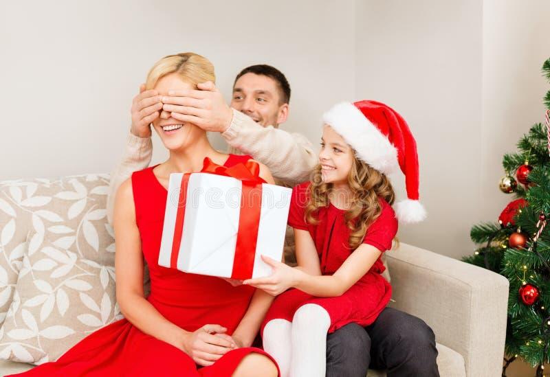Il padre e la figlia sorprendono la madre con il contenitore di regalo immagini stock
