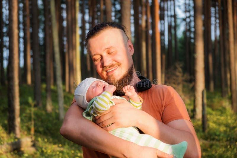 Il padre e 3 mesi del figlio in una foresta, ritiene felice e pieno di amore fotografie stock libere da diritti