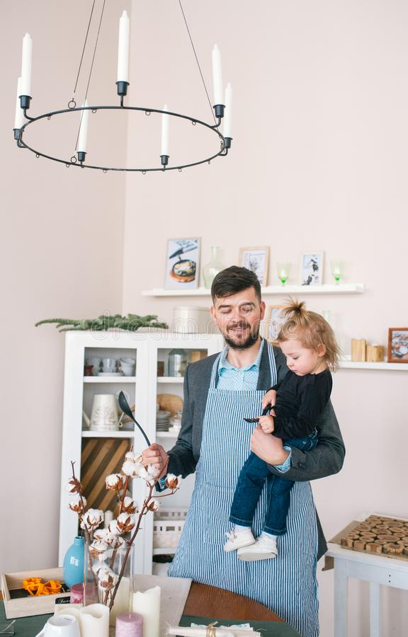 Il padre e sua figlia del bambino preparano l'alimento in cucina immagine stock