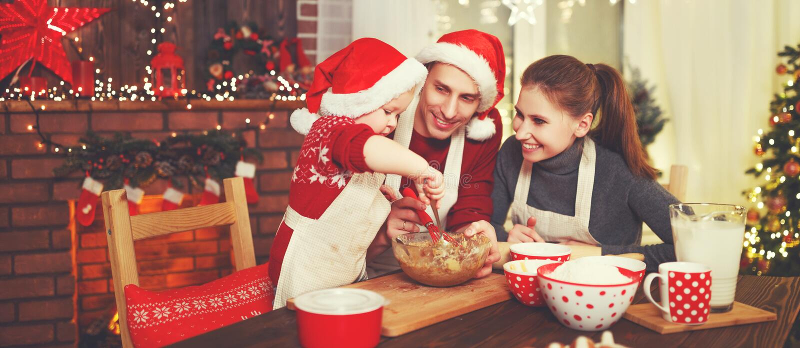 Il padre ed il bambino della madre della famiglia cuociono i biscotti di natale fotografia stock libera da diritti