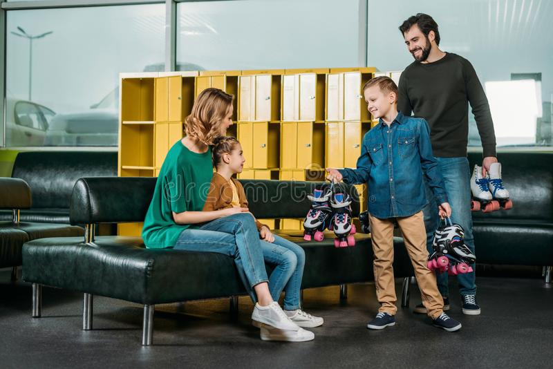 il padre ed il figlio hanno portato i pattini di rullo per la famiglia immagini stock libere da diritti