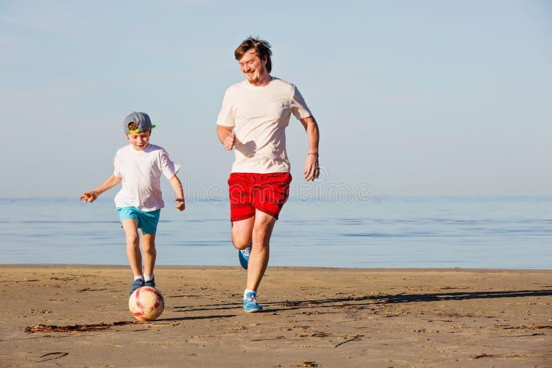 Download Il Padre Ed Il Figlio Felici Giocano A Calcio O Calcio Sopra Fotografia Stock - Immagine di daddy, famiglia: 56880432