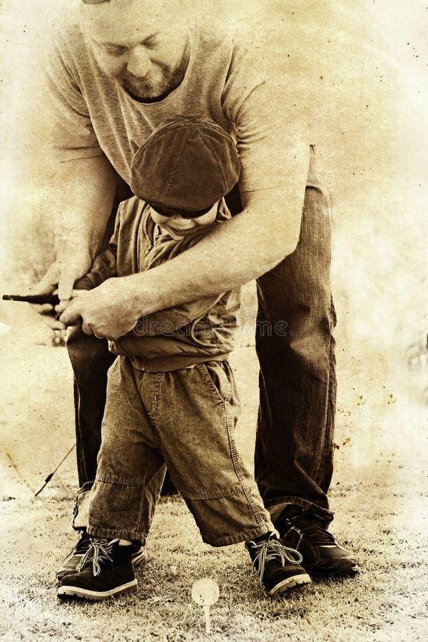 Il padre ed il figlio giocano il golf. illustrazione vettoriale