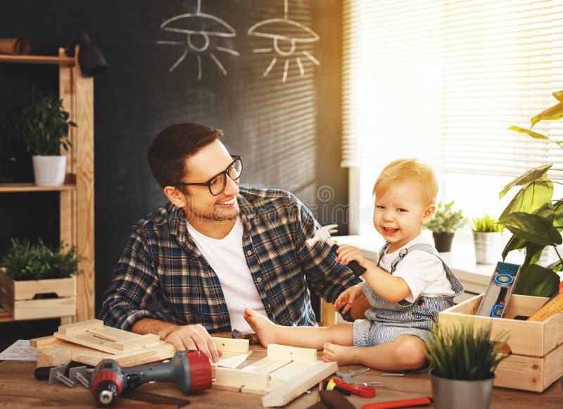 Il padre ed il figlio hanno scolpito di legno nell'officina di carpenteria fotografie stock libere da diritti