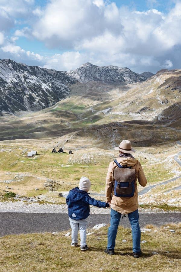 Il padre ed il figlio viaggiano insieme in montagne Durmitor, lunedì di autunno immagini stock libere da diritti