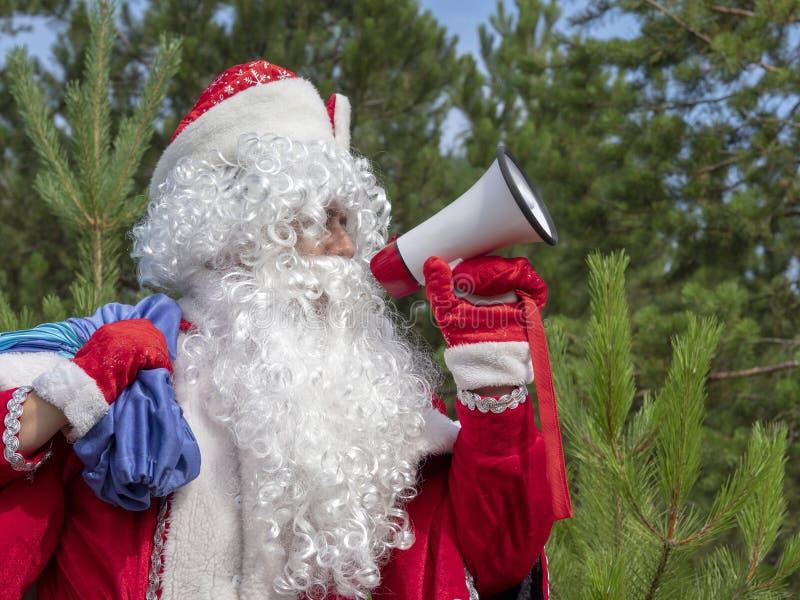 Il padre Frost grida nel megafono fotografie stock