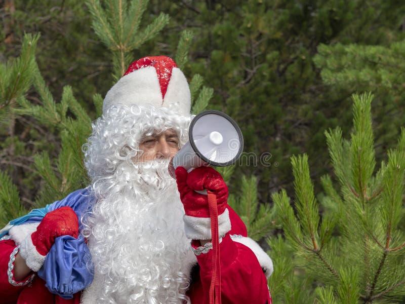 Il padre Frost grida nel megafono immagini stock