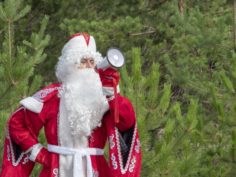 Il padre Frost grida nel megafono fotografia stock