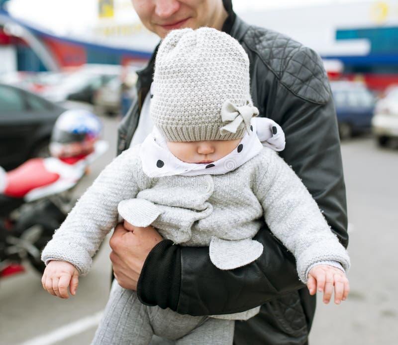 Il padre giudica la figlia disponibila immagini stock libere da diritti