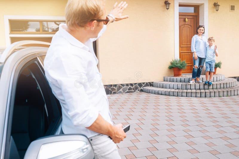 Il padre porta la casa a sua madre, il figlio del figlio ondeggia arrivederci a lui fotografie stock libere da diritti