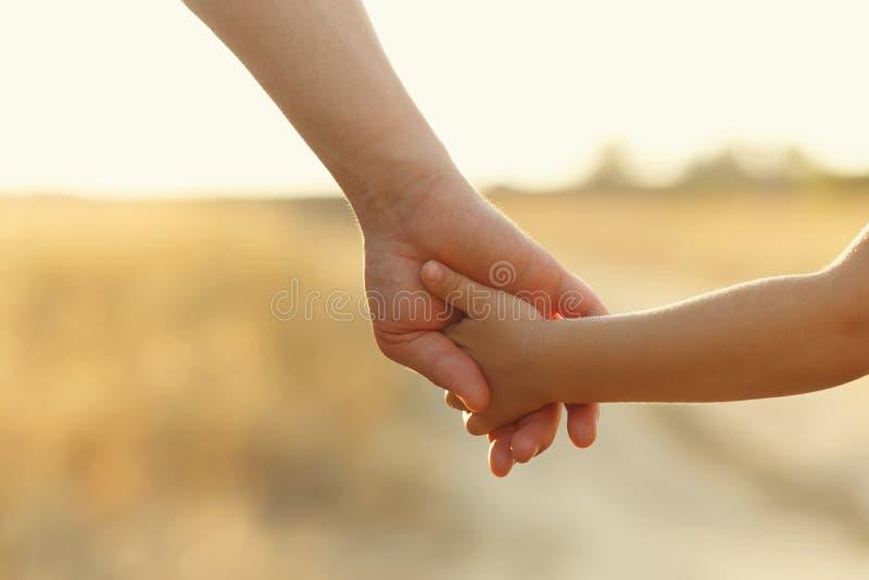 Il padre tiene la figlia dalla mano fotografia stock