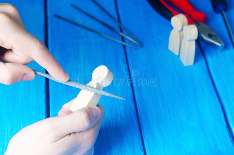 Il padrone elabora il legno con le sue mani Mani funzionanti sulla a fotografia stock libera da diritti