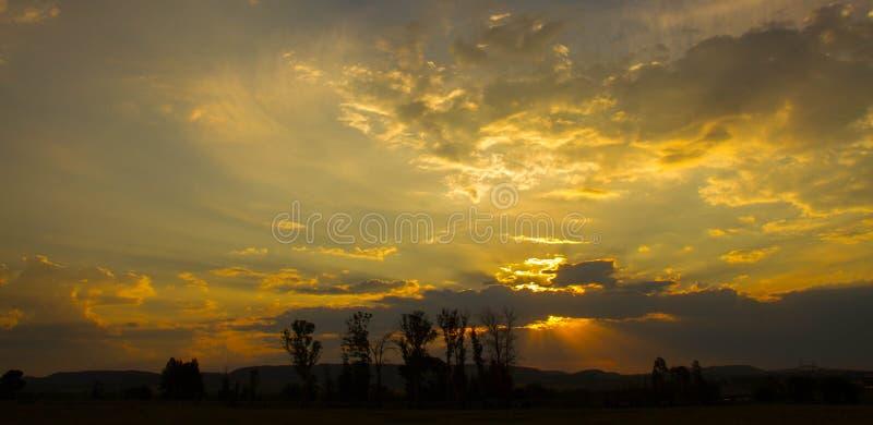 Il paesaggio africano con le nuvole e la luce solare del tramonto rays immagine stock libera da diritti