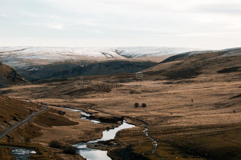 Il paesaggio brullo dell'acqua e della brughiera di Elan Valley nell'inverno fotografie stock