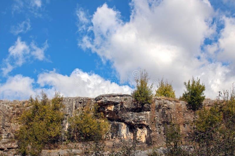 Il paesaggio con bello lanuginoso si rannuvola il campo di autunno immagine stock
