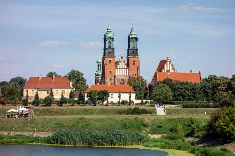 Il paesaggio con il secolare edificio in mattoni rossi della cattedrale di San Pietro e Paolo a Poznan, Polonia fotografia stock libera da diritti