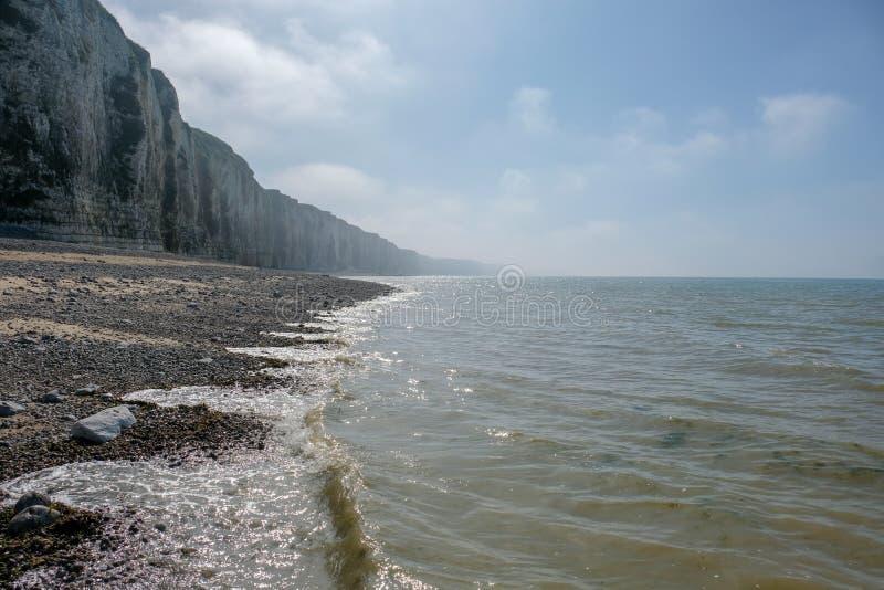 Il paesaggio costiero in Normandia, Francia con le scogliere del mare tira alla luce nebbiosa fotografie stock