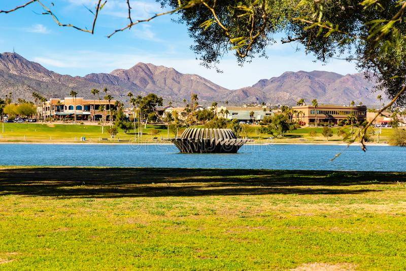 Il paesaggio del lago e la comunità circostante delle colline della fontana parcheggiano le colline AZ della fontana immagini stock