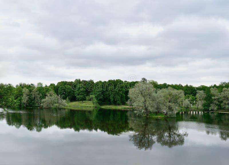 Il paesaggio dell'estate con il lago ed il cielo in Gatcina parcheggiano immagine stock libera da diritti