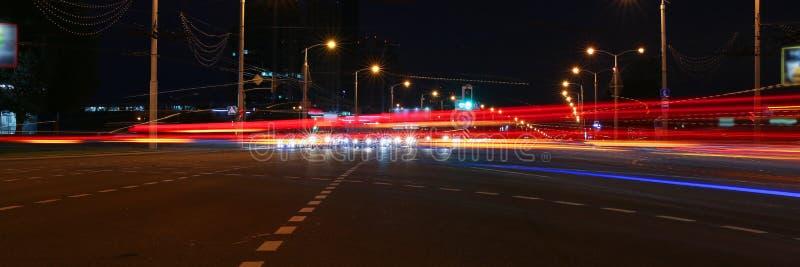 Il paesaggio della città di Minsk in Bielorussia ha offuscato le luci dei fari dell'automobile fotografia stock libera da diritti