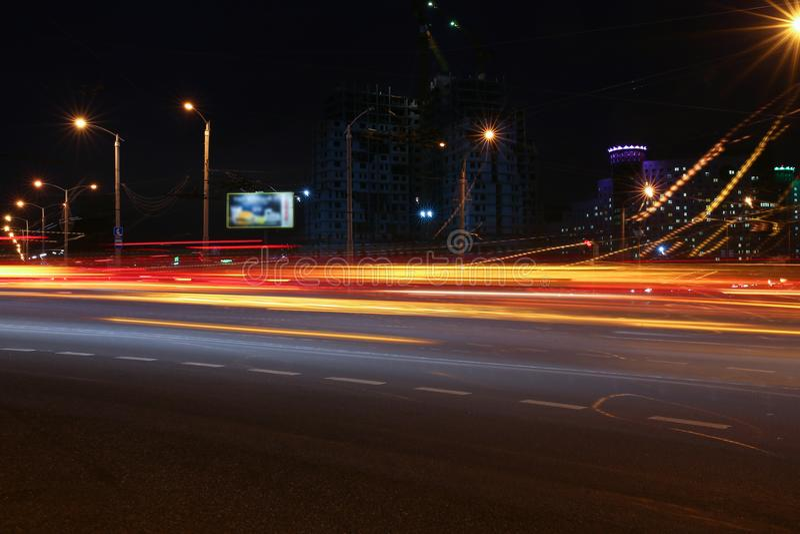 Il paesaggio della città di Minsk in Bielorussia ha offuscato le luci dei fari dell'automobile fotografie stock libere da diritti