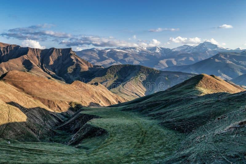 Il paesaggio della montagna con le colline verdi piane ha spleso con il sole fotografie stock libere da diritti
