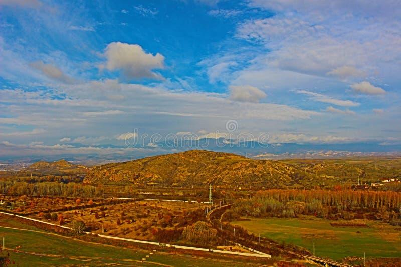 Il paesaggio di autunno ha sparato il livello dagli appartamenti di giallo della montagna e chiaro blu con nuvole le piccole di u fotografie stock