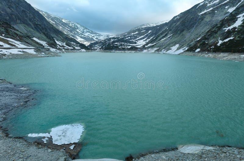 Il paesaggio di estate del passaggio di Grimsel con il lago (Svizzera) immagini stock
