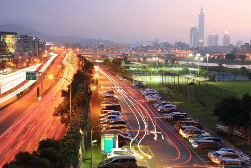 Il paesaggio di notte della città di Taipei, con Taipai 101 nel distretto diXin-Yi, centro della città con i ponti dell'arco ed a fotografia stock