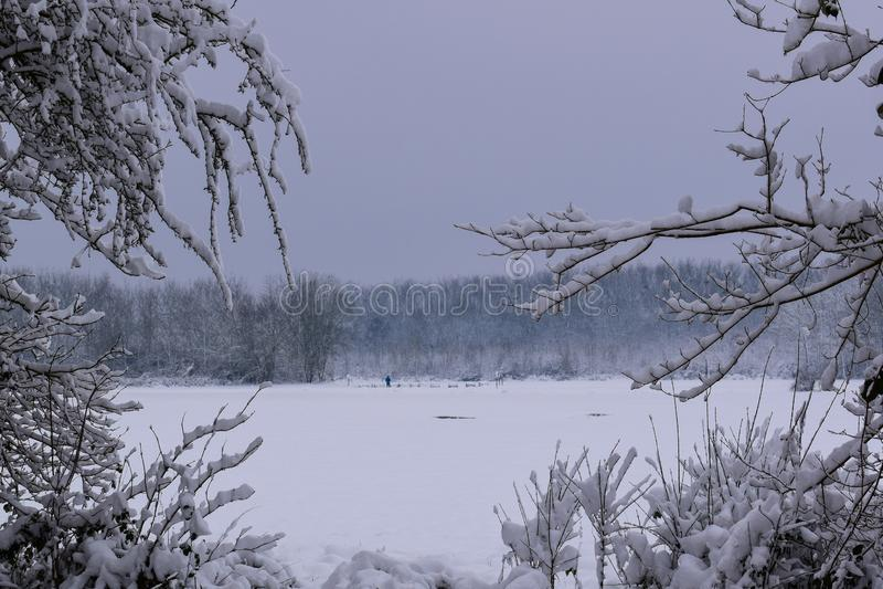 Il paesaggio di Snowy in campagna francese durante il Natale condisce/inverno immagini stock libere da diritti