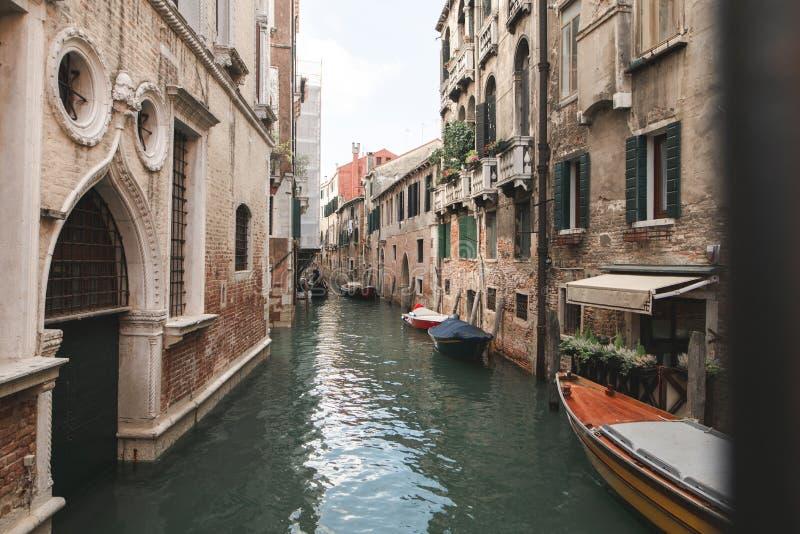 Il paesaggio non è un punto turistico a Venezia, un canale, barche e una vecchia bella architettura immagine stock libera da diritti