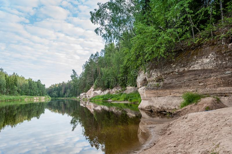 Il paesaggio pacifico con il fiume di Gauja e l'arenaria bianca outcrops immagine stock