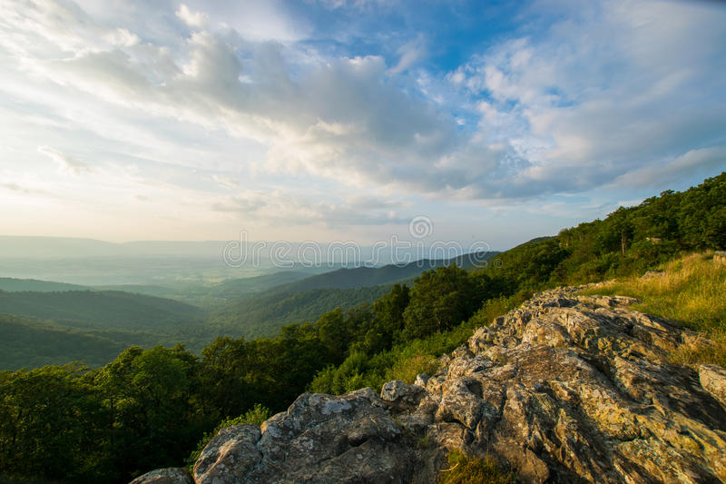 Il paesaggio scenico dell'estate sopra trascura il PA nazionale di Shenandoah dell'azionamento fotografia stock