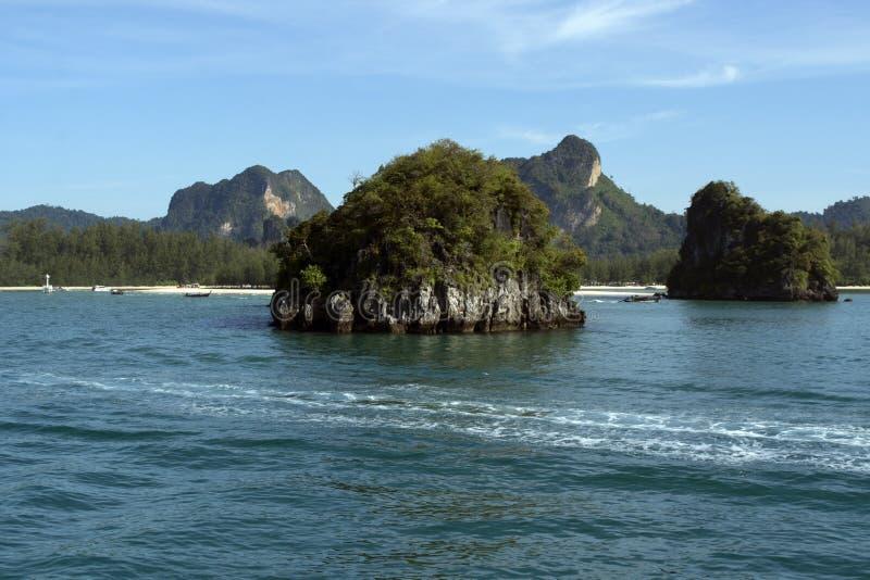 Il paesaggio scenico intorno al mare delle Andamane sul modo a Ko Phi Phi da Kravy, Tailandia è bello immagini stock