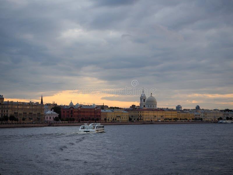 Il paesaggio urbano della barca turistica porta i turisti lungo l'argine di Neva River immagini stock