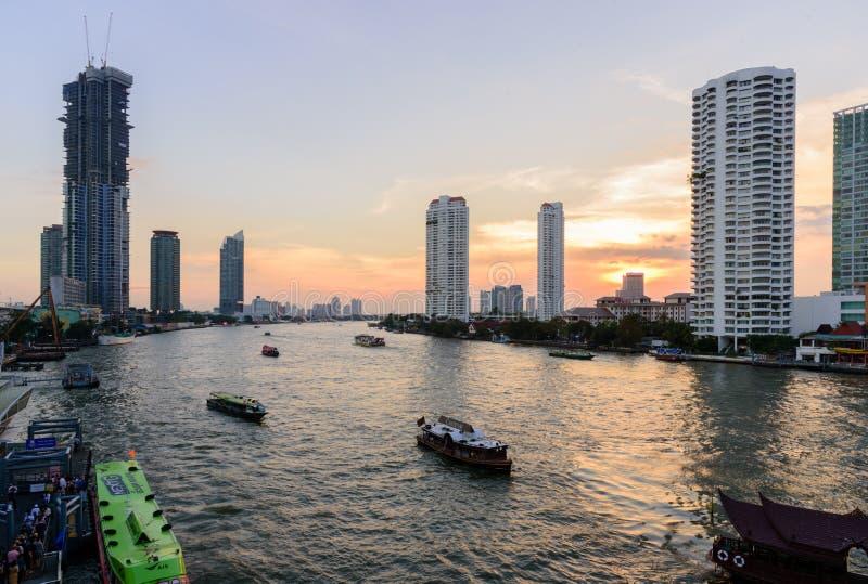 Il paesaggio urbano di Asiatique il lungofiume è posto popolare e famoso nella sera con il tempo del tramonto a Bangkok, Tailandi fotografia stock