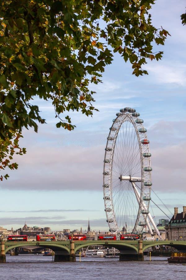 Il paesaggio urbano di Londra con il ponte di Westminster e Londra osservano fotografia stock libera da diritti