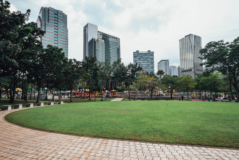 Il paesaggio urbano vicino alle torri gemelle di Petronas parcheggia lo stagno del ` s in Kuala Lumpur, Malesia fotografia stock