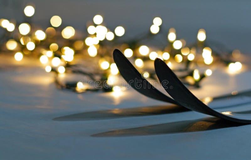 Il paese trasversale scia primo piano con le luci di Natale su backgr normale immagini stock