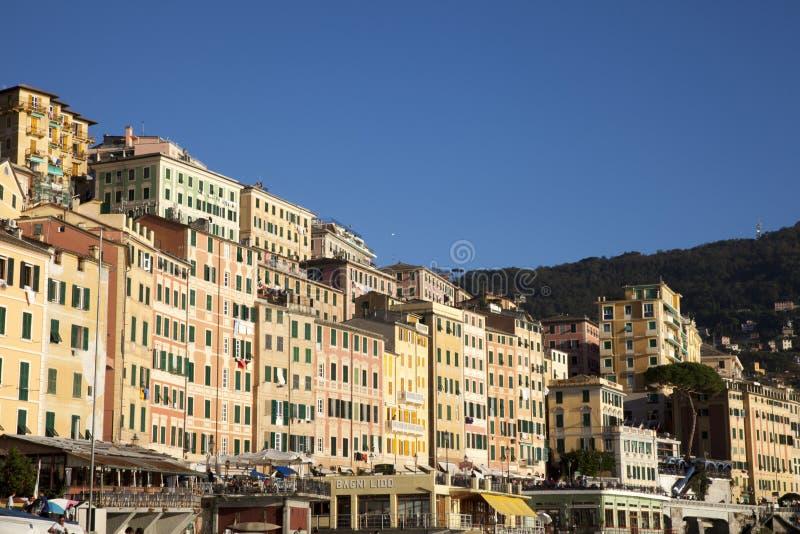 Il paesino di pescatori di Camogli, golfo di Paradise, parco nazionale di Portofino, Genova, Liguria, Italia immagini stock