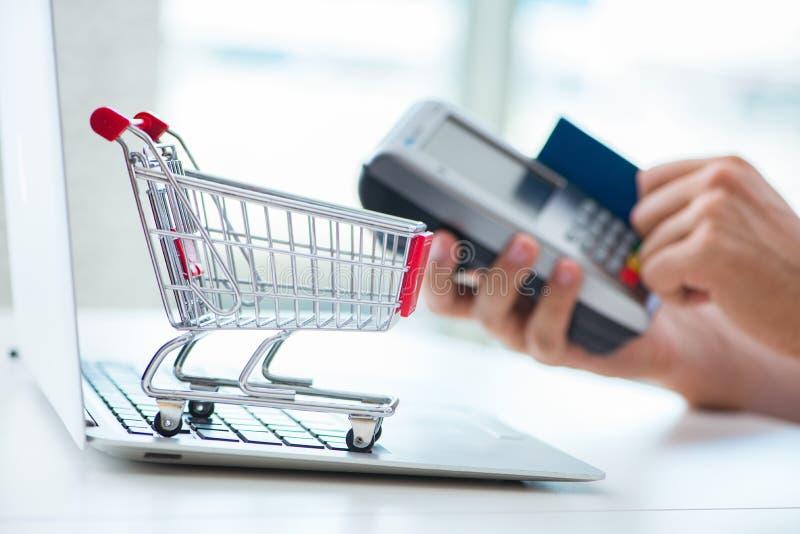 Download Il Pagamento L'acquisto Online Con Credito Alla Posizione Immagine Stock - Immagine di mercato, paga: 117977447