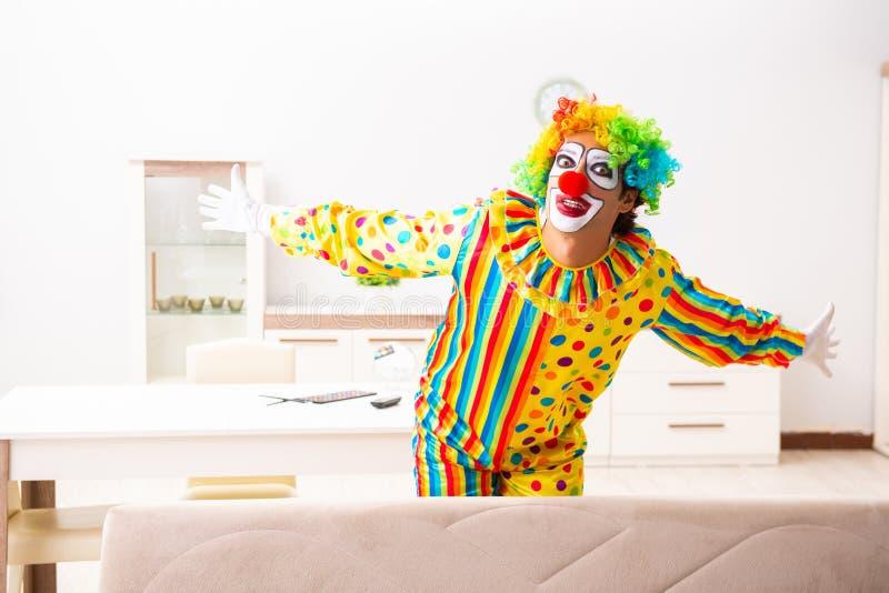 Il pagliaccio maschio che prepara per la prestazione a casa immagini stock libere da diritti