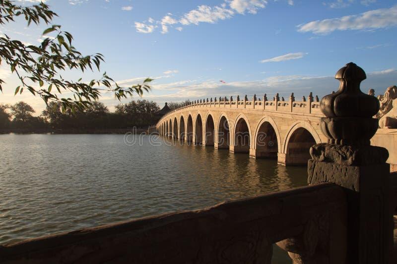 Il palazzo di estate, 17 tiene il ponte nell'alba immagini stock