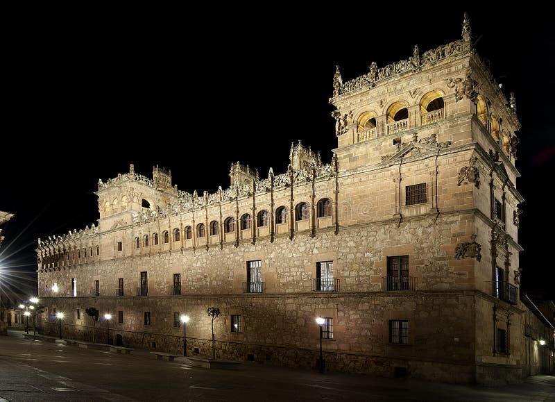 Il palazzo di Monterrey di Salamanca, alla notte immagine stock